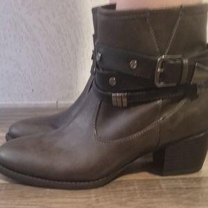 White Mountain Ankle Boots Size 7 Medium
